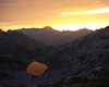 Il sole calante incendia il laghetto alpino