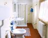Bagno camera primo piano con finestra e doccia.