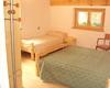 Nel rifugio 23 posti letto : 3 camere con bagno privato, camerata da 10 persone con bagno in comune