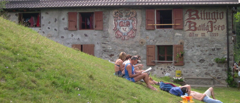 persone che leggono vicino rifugio baita iseo
