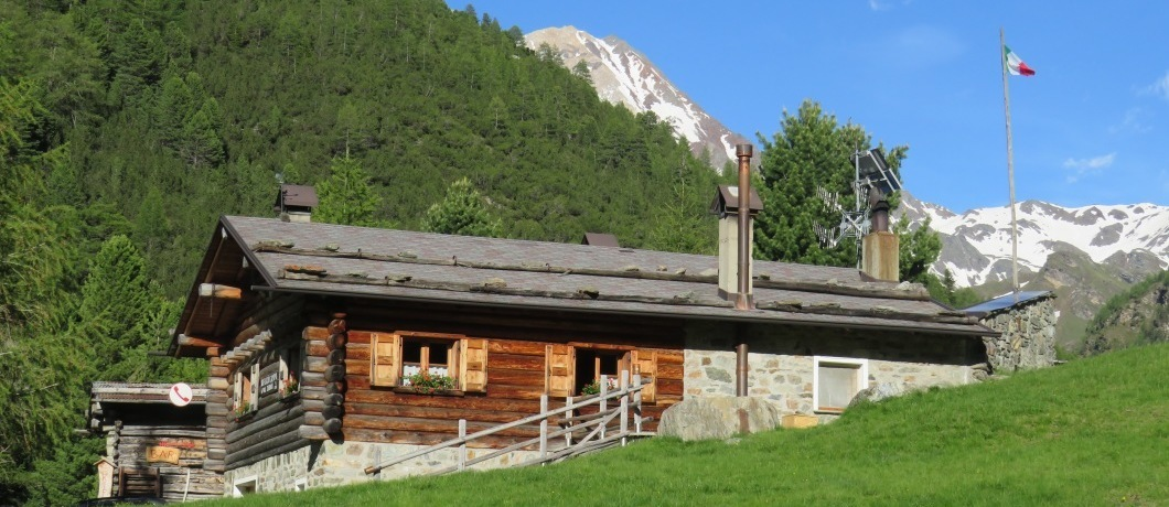 Rifugio Campo con i Passi Zebru' sullo sfondo