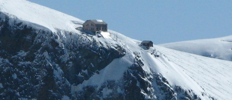 Il Rifugio Marco e Rosa con neve