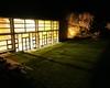 la palestra vista dal giardino, la sera