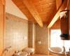 Foto bagno camera al secondo piano con balcone e doccia.