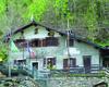 Al centro del paese il Rifugio Osteria Alpina accoglie il turista con la sua gioiosa struttura
