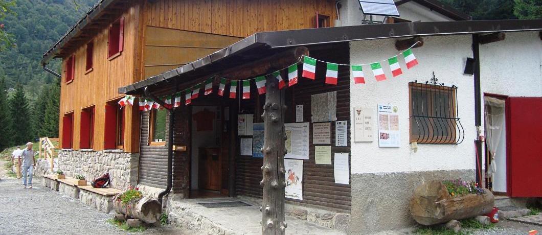 rifugio Alpe Corte con bandierine