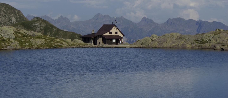 il rifugio Benigni dal lago Piazzotti