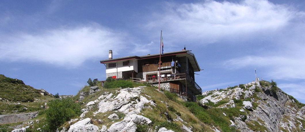 Il rifugio albani  a colere in val di scalve