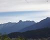 Il Pizzo Badile Camuno, visto dalla strada a scorrimento veloce, all'uscita Esine. La cima spicca alta e particolare dove inizia la catena montuosa che prosegue verso nord. L'altezza del Pizzo Badile è un'illusione ottica, perchè il monte è più basso di tante altre cime del Tredenus.