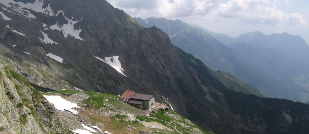 Il rifugio Baroni salendo al Passo Scaletta